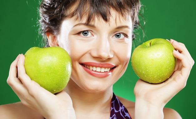 Mulher com maçã verde