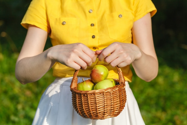Mulher com maçãs maduras