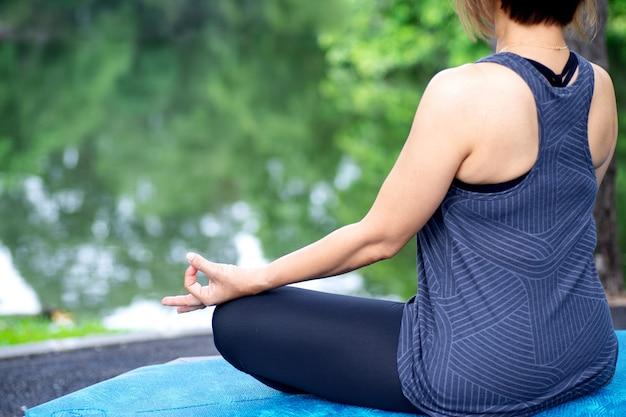 Mulher com mais de 50 anos praticando ioga
