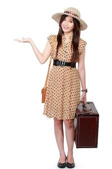 Mulher com mala apresentando