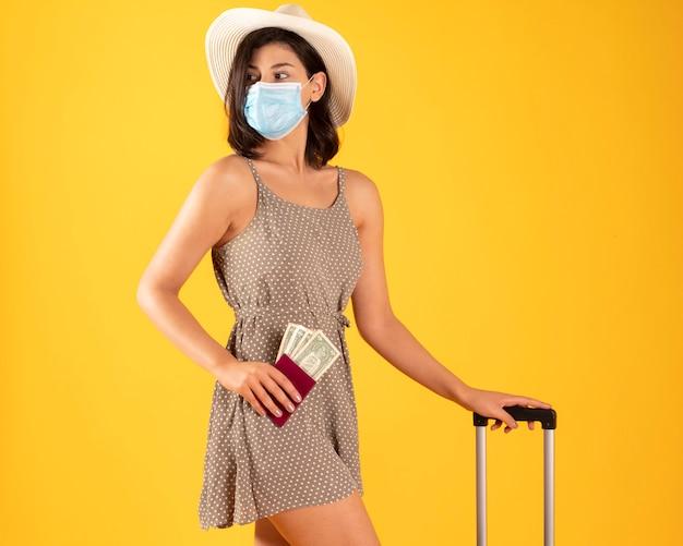 Mulher com mala de viagem com covid-19