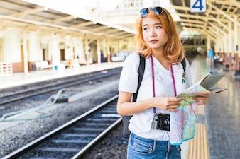 Mulher, com, mapa, e, câmera digital, ligado, plataforma