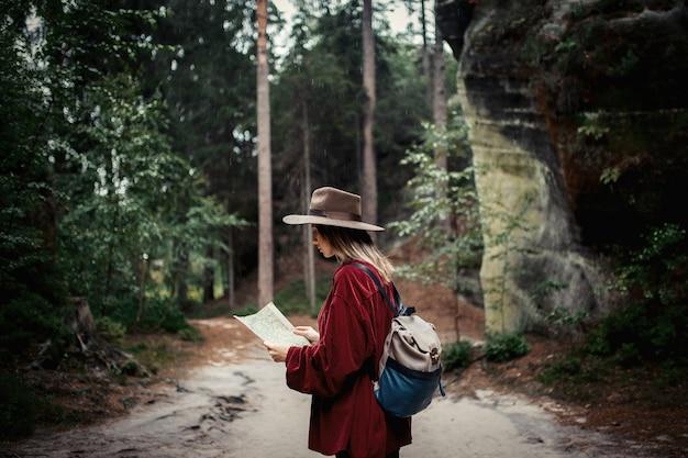 Mulher, com, mapa, em, um, montanhas