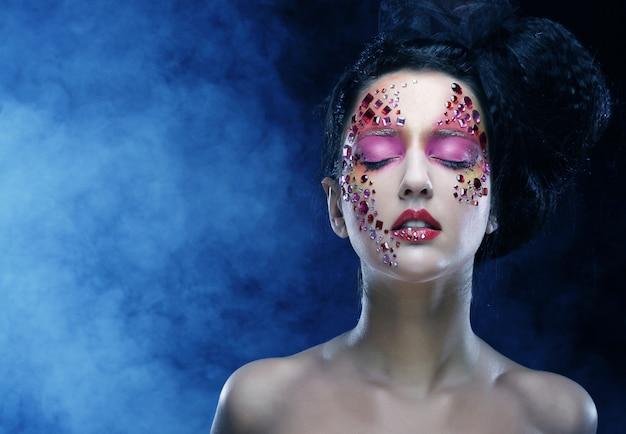 Mulher com maquiagem artística brilhante