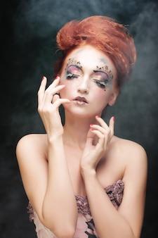 Mulher com maquiagem artística