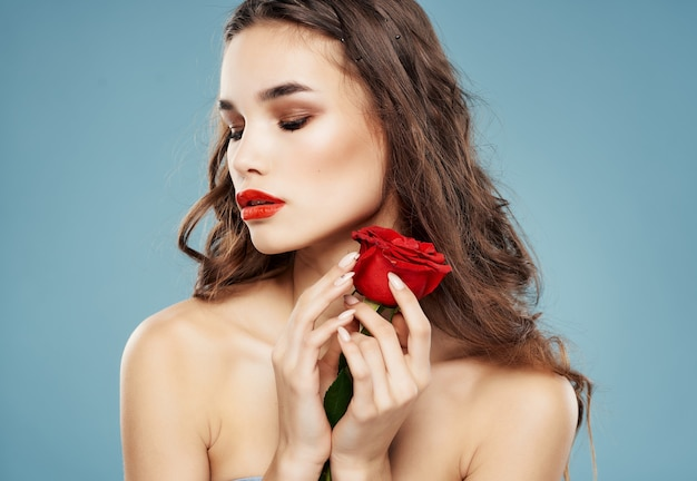 Mulher com maquiagem brilhante rosa na mão fundo azul luxuoso