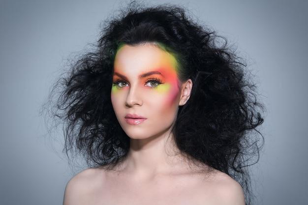 Mulher com maquiagem colorida