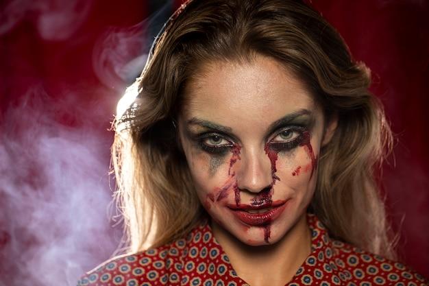 Mulher com maquiagem como sangue, olhando para a câmera