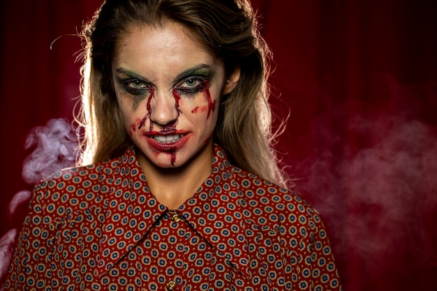 Mulher com maquiagem como sangue sorrindo
