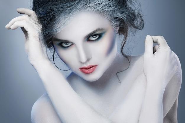 Mulher com maquiagem criativa e arte corporal