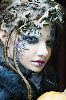 Mulher com maquiagem criativa. tema de halloween.