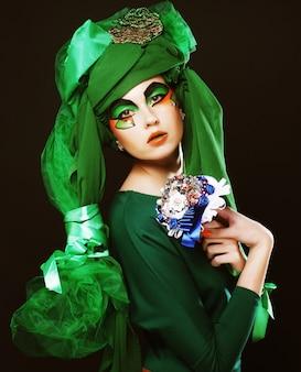 Mulher com maquiagem criativa