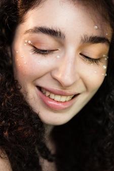 Mulher com maquiagem de pérolas