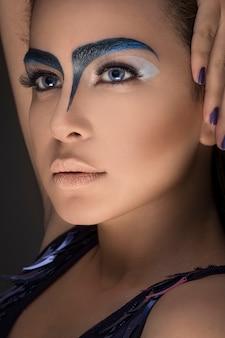 Mulher com maquiagem de sobrancelha