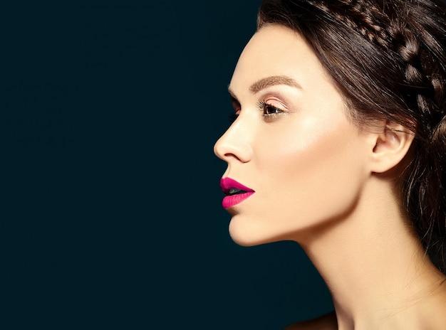 Mulher com maquiagem diária fresca e lábios cor de rosa