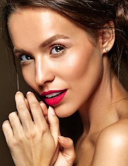 Mulher com maquiagem diária fresca e lábios vermelhos