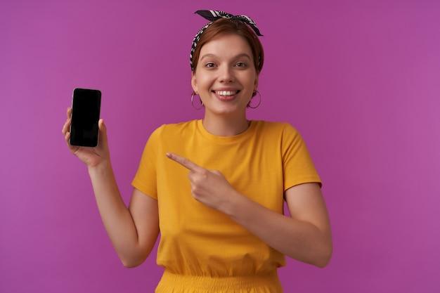 Mulher com maquiagem natural, vestindo uma roupa elegante de verão, posando isolada no roxo