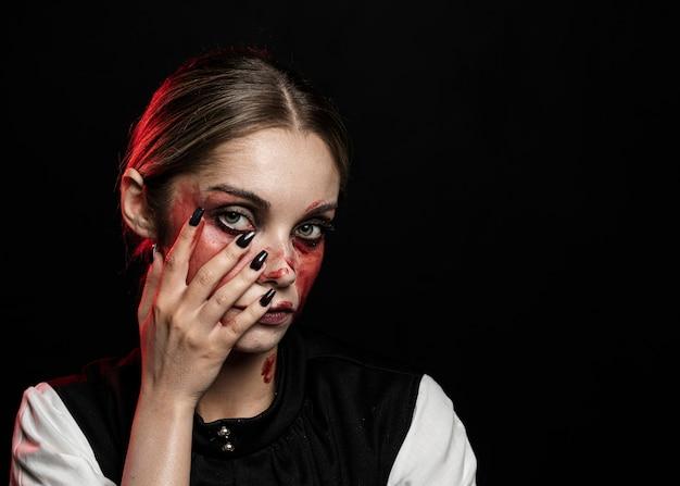 Mulher com maquiagem sangrenta