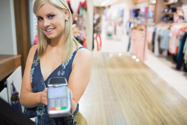 Mulher com máquina de cartão de crédito