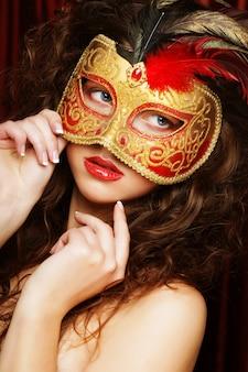 Mulher com máscara de carnaval veneziano mascarada