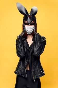 Mulher com máscara de coelho e terno preto