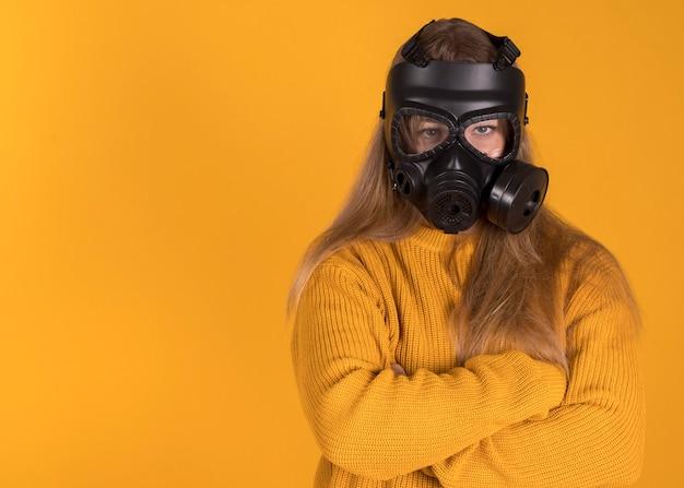 Mulher com máscara de gás em fundo laranja