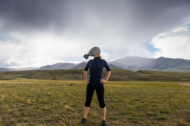 Mulher com máscara de gás nas montanhas
