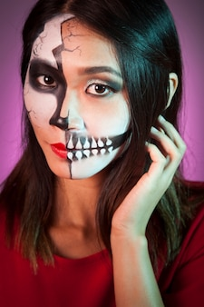 Mulher com máscara de halloween e cabelos tocando