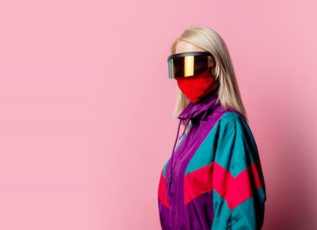 Mulher com máscara facial e óculos 3d rosa