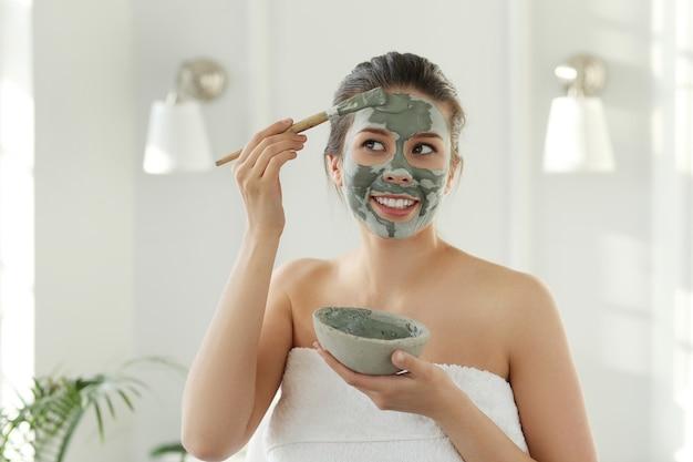 Mulher com máscara facial para cuidados com a pele. conceito de beleza.