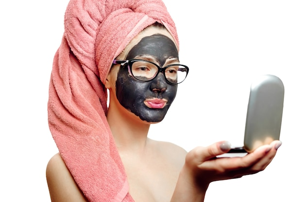 Mulher com máscara facial preta em fundo branco