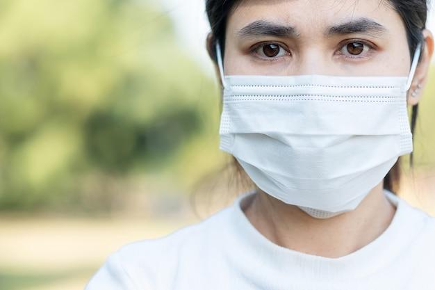 Mulher com máscara facial protetora evita coronavírus ou doença por vírus corona (covid-19).