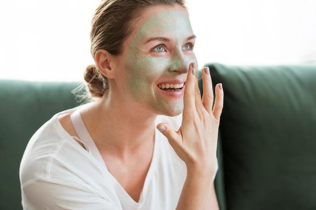 Mulher com máscara facial saudável, sentindo-se bem