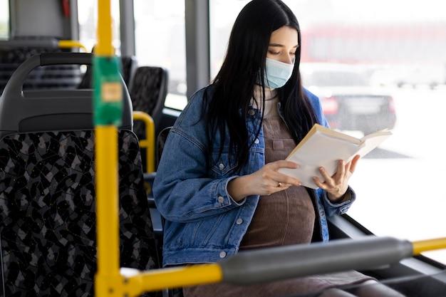 Mulher com máscara lendo