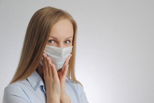Mulher com máscara médica. conceito de medo e mau diagnóstico