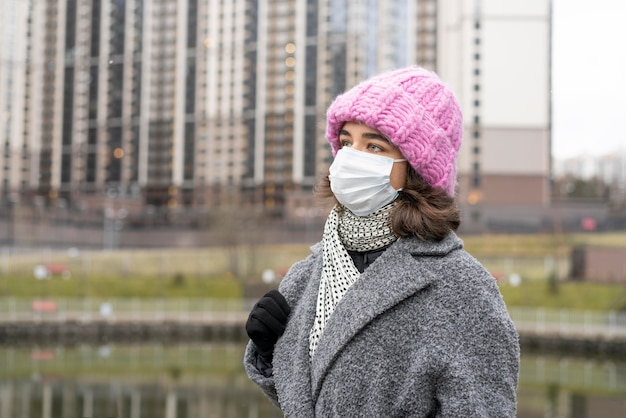 Mulher com máscara médica na cidade