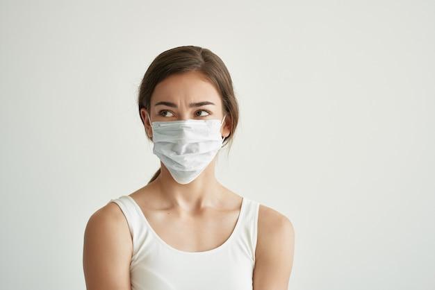 Mulher com máscara médica, problemas de saúde, infecção, luz de fundo