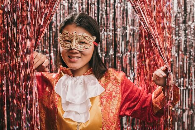 Mulher com máscara na festa de carnaval