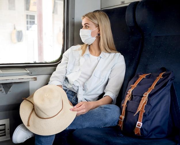 Mulher com máscara no trem