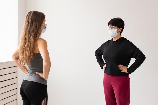 Mulher com máscara se recuperando de coronavírus