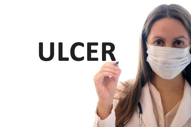 Mulher com máscara segura uma caneta e escreve texto sobre úlcera