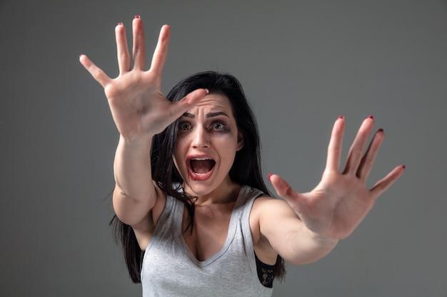 Mulher com medo de violência doméstica e violência, conceito de direitos femininos
