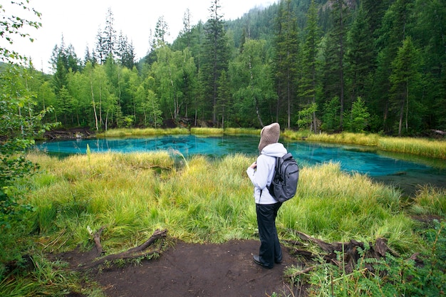 Mulher, com, mochila, hiking, estilo vida aventura, floresta, e, lago