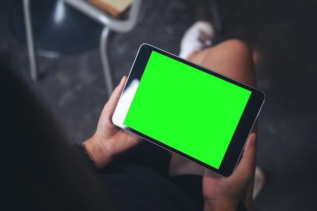 Mulher com mock up tablet pc
