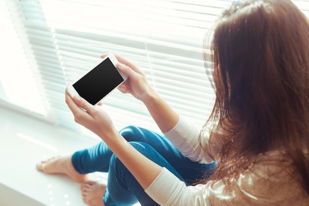 Mulher, com, modernos, telefone móvel, em, mãos