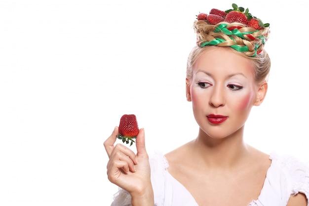 Mulher com morango no seu penteado