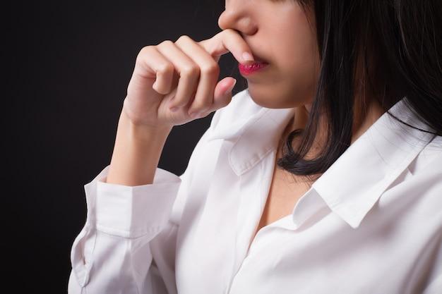 Mulher com nariz escorrendo pelo resfriado