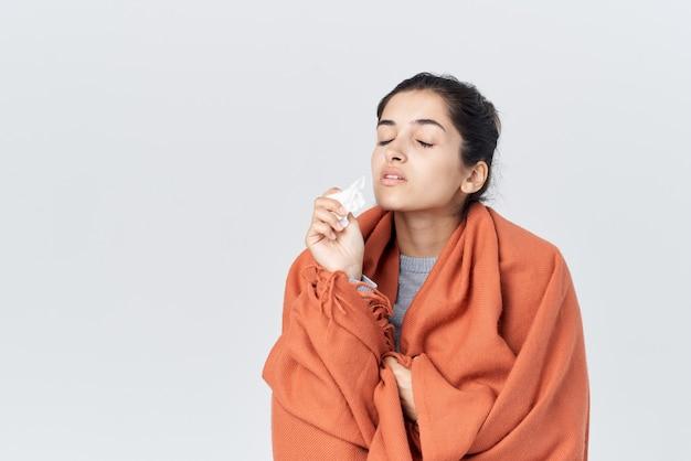 Mulher com nariz escorrendo, resfriado, tratamento de problemas de saúde