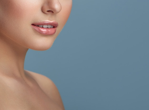 Mulher com nariz pequeno e boca levemente aberta.