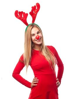 Mulher com nariz vermelho e chifres de rena